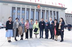 集团董事长和代表们一起参加全国两会开幕式